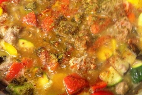 Баранина тушеная с овощами на сковороде