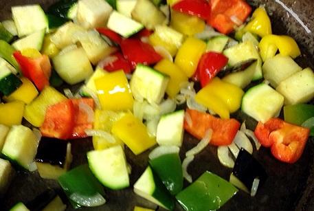 Нарезать овощи для баранины с овощами и фалафелем