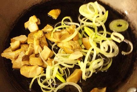 Обжарить грибы и лук для бефстроганов с говядиной