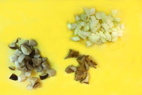 Нарезать ингредиенты для фрикасе из курицы в мультиварке