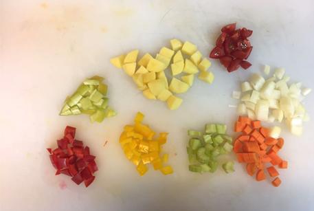 Нарезать овощи для говядины в горшочке с картошкой