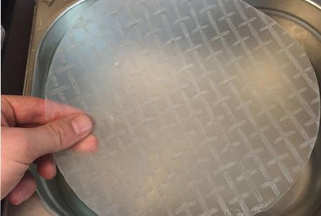 Замочить рисовую бумагу для консоме с курицей
