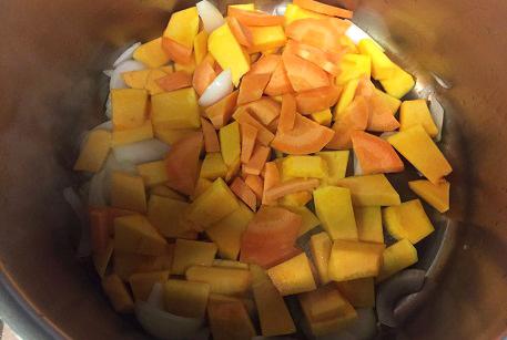 Обжарить овощи для крем-супа из тыквы