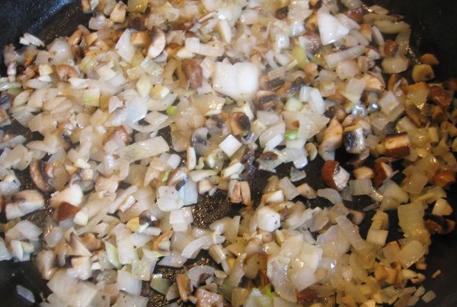 Обжарить лук и грибы для пирога из слоеного теста
