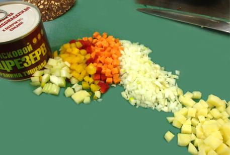 Нарезать овощи для похлебки из чечевицы и баранины
