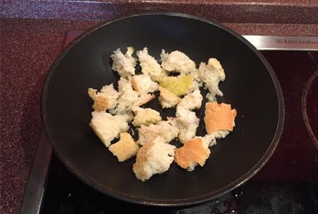 Обжарить багет для салата по рецепту с тушенкой из говядины