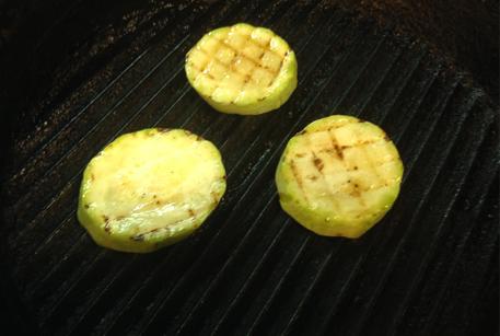 Обжарить кабачки для салата с говядиной тушеной и кабачками