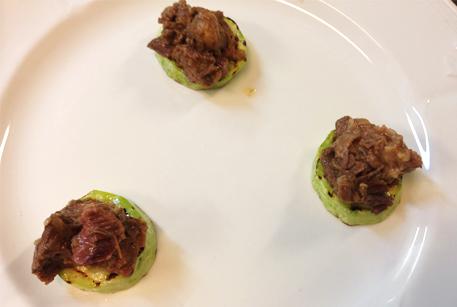 Рецепты с тушенкой - салат с тушенкой из говядины и кабачками