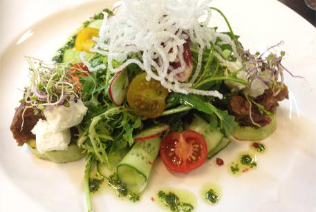 Салат с говядиной и кабачками гриль