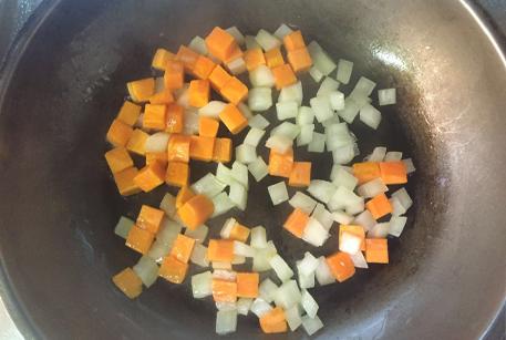 Обжарить лук и морковь для картофельного супа с фрикадельками