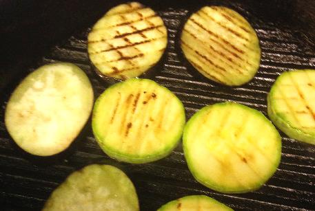 Обжарить овощи для запекаеки из кабачков