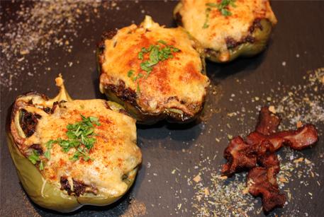 Перцы фаршированные говядиной тушеной с беконом и помидорами – рецепт в духовке